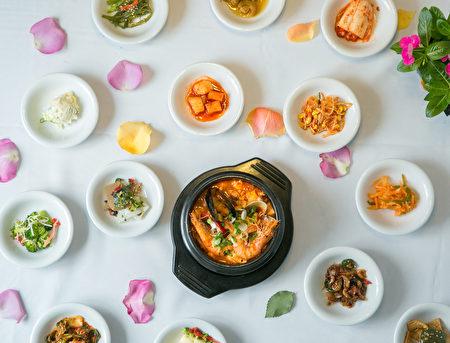 點一份香濃豆腐煲即可獲贈15種韓式精美小菜。(Benjamin Chasteen/大紀元)
