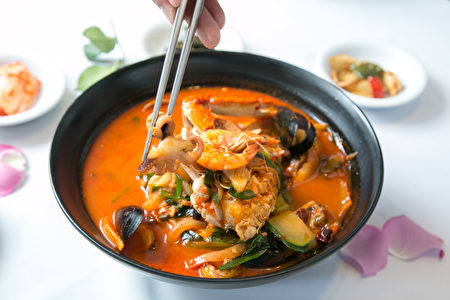"""美味的""""海鲜豆腐汤面"""",看一眼就很有食欲,吃起来更是鲜香无比。(Benjamin Chasteen/大纪元)"""