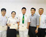 胡永铭校长(右一)与得奖学生合摄。右二为特别嘉宾Trinity总裁Edmund Pan。(吴文强/大纪元)