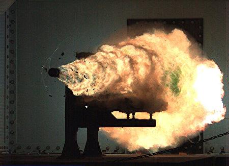 美国海军正在利用电磁以超高速发射物体,速度比任何枪口射出的子弹都要快好几倍。(维基百科公有领域)