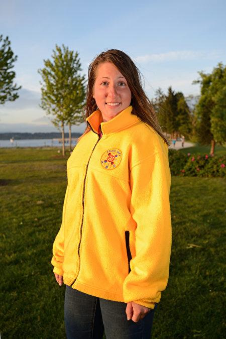 图:Sarah Osipenko在白石镇,修炼法轮功后,变得身心健康快乐。(摄影:大宇/大纪元)