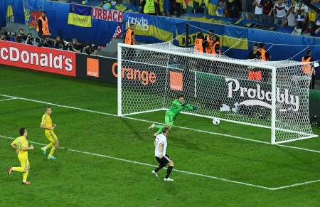 法國歐洲盃小組賽,世界冠軍德國隊2-0擊敗烏克蘭。圖為德國隊長魏因斯泰格(右)在第92分鐘進球瞬間。(Shaun Botterill/Getty Images)