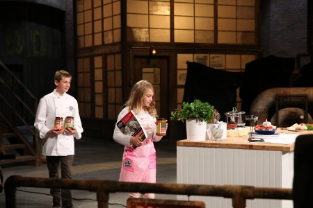 "Skylar和Chloe联手创办一个公司,名叫""儿童烹饪美食""(Kids can cook gourmet)。(图片由Andrea Sinow提供)"