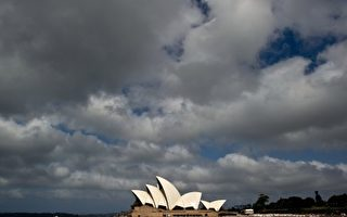 在世界上享有盛譽的悉尼歌劇院是悉尼市的地標建築,然而,建築設計師、丹麥人約恩•烏松卻從未見過這座讓他終生牽繞的夢幻般的建築。如今,悉尼歌劇院背後的這一故事將有望拍攝成電影。圖為悉尼歌劇院。 (MANAN VATSYAYANA/AFP/Getty Images)