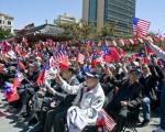 2013年6月8日,500多名僑胞從灣區各地趕到舊金山唐人街花園角參加護旗大會。(大紀元資料照片)