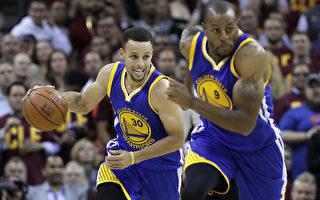 6月10日,勇士队客场108:97击败骑士队,NBA总冠军赛系列战3:1领先,6月13日回主场拼连霸。(Ronald Martinez/Getty Images)