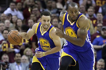 6月10日,勇士隊客場108:97擊敗騎士隊,NBA總冠軍賽系列戰3:1領先,6月13日回主場拚連霸。(Ronald Martinez/Getty Images)