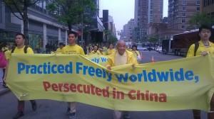 侯明宇的89岁老父亲在5.13世界法轮大法日游行队伍中。(侯明宇提供)