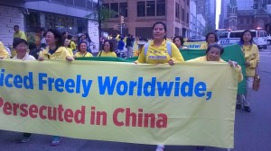 侯明宇的母亲在5.13世界法轮大法日游行队伍中(右一),右二是其大姐。(侯明宇提供)