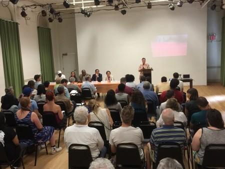 6月27日下东城居民在和睦之家大学举办新闻发布会,呼吁市长答复利温顿老人院一事。 (施萍/大纪元)