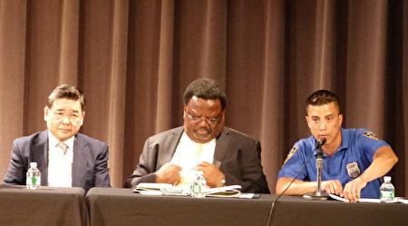 市议员顾雅明、首席助理检察官斯莱、109警局警员博格(从左至右)在法拉盛举办的预防盗窃讲座上。 (林丹/大纪元)