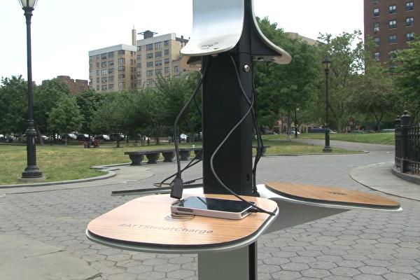 安全专家表示,公共设施里面的免费USB充电站的充电数据线很可能会被黑客动了手脚,让你的手机信息外泄,最好能够多一个心眼。图为公园里的免费充电器。 (奥利弗/大纪元)