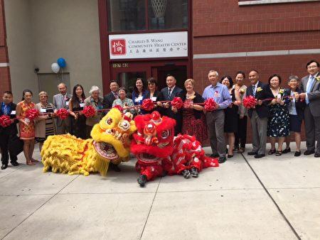 新诊所在喜庆的舞狮表演声中正式开业。