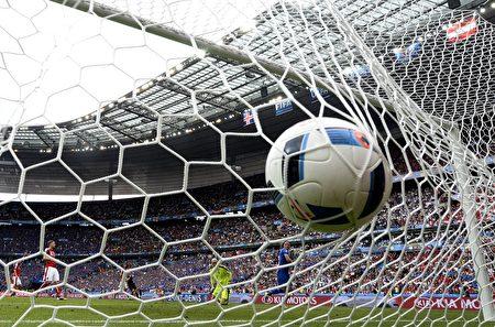 """欧洲杯八强战,意大利将于德国火拼,东道主法国将遭遇""""黑马""""冰岛。(FRANCK FIFE/AFP/Getty Images)"""