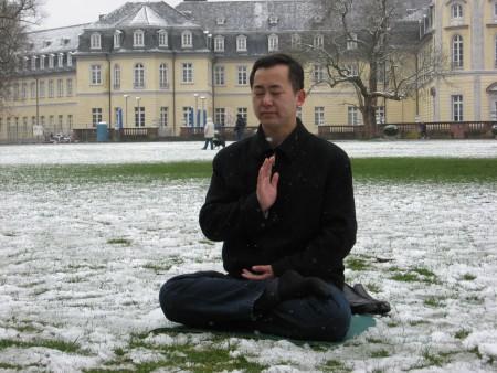 在卡尔斯鲁尔郭居峰在中共禁止法轮功的九年后第一次在公开场合没有恐惧的炼功(攝影:郭居峰本人提供)