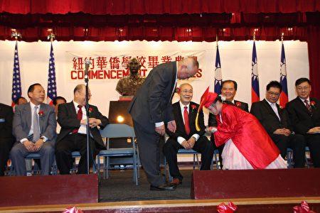"""华侨中文学校以""""礼仪廉耻""""为校训,幼稚班的学童小小年纪已懂得进退之节。图为洪门致公堂主席袁灿章为幼稚班小学童颁发毕业证书。"""