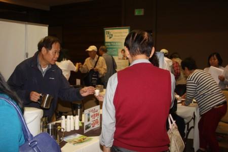 民众在品尝五谷麦王的健康产品。(张岳/大纪元)
