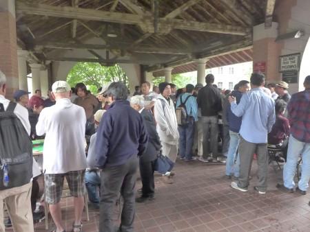 下雨了,老人们在哥伦布公园的凉亭里,继续打牌。
