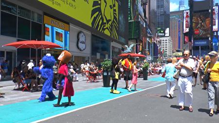 现在,时代广场的表演者只能在蓝色区域中活动。 (韩瑞/大纪元)