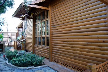 水性木屋漆能「入木三分」,可凸顯木材紋路,而且更耐久。(新玉實業提供)
