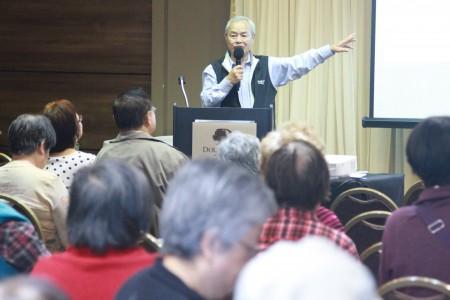 卢遂显博士做经络与健康话题的演讲。(张岳/大纪元)