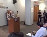 纽约市长媒体娱乐办公室主任曼宁宣布拨款纽约市立大学新闻学院。 (胡志华/大纪元)