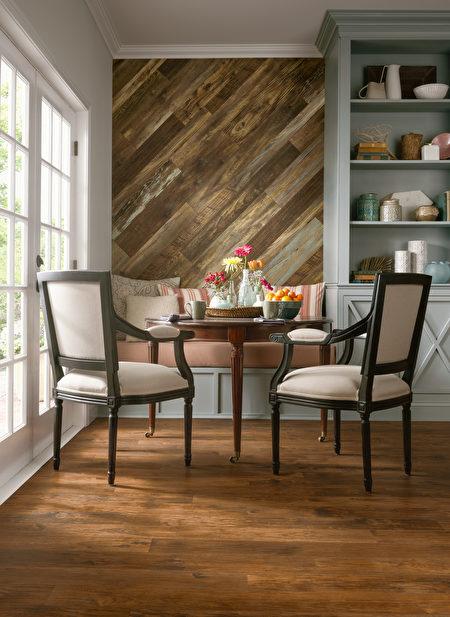 餐廳鋪設建築遺跡系列的仿舊木地板。(Armstrong提供)