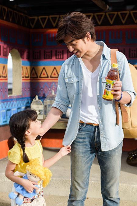 陈柏霖在广告拍摄片场对混血小女孩照顾有加。(公关提供)