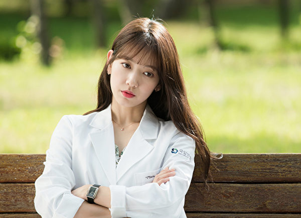 《Doctors》剧照,图为朴信惠。 (FNC ENTERTAINMENT提供)