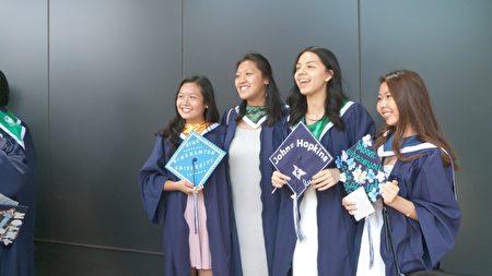 畢業生們開心的合影留念。