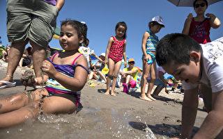 带孩子去游泳要格外小心。 ( Stephanie Keith/Getty Images)