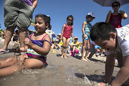 帶孩子去游泳要格外小心。 ( Stephanie Keith/Getty Images)