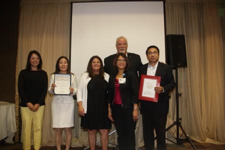 《大纪元时报》洛杉矶分社社长(右一)与Monrovia市长(后排)、赞助商Boehringer Ingelheim公司代表(右三)以及Deborah Wong(右二)博士合影。(张岳/大纪元)
