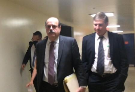 林丹尼(后面摀脸者)离开法庭时,躲避记者,前面2位是他的辩护律师。 (蔡溶/大纪元)
