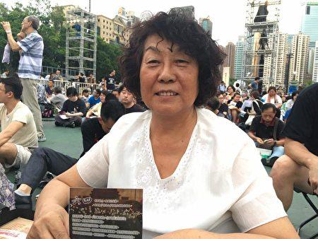 深圳赫女士首次来香港参加六四集会,称很感动。(梁珍/大纪元)
