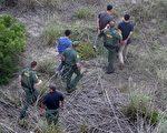 6月23日,美国最高法院驳回了奥巴马总统暂缓遣返非法移民的行政令。连日来,美国境内1200万非法移民,包括华裔在内,顿时陷入了惶恐之中。图为2014年7月,美国边防巡逻队在得克萨斯州Falfurrias抓获一伙非法移民。(John Moore/Getty Images)