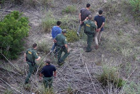 6月23日,美國最高法院駁回了奧巴馬總統暫緩遣返非法移民的行政令。連日來,美國境內1200萬非法移民,包括華裔在內,頓時陷入了惶恐之中。圖為2014年7月,美國邊防巡邏隊在得克薩斯州Falfurrias抓獲一夥非法移民。(John Moore/Getty Images)