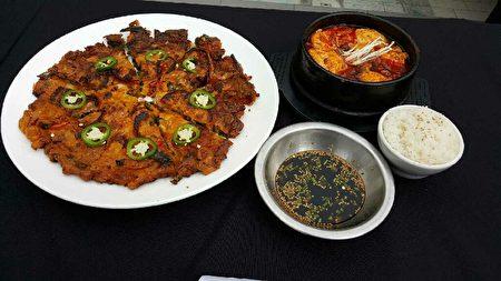 冠军墨西哥裔的Victor Rivera带来的猪肉豆腐泡菜锅与泡菜海鲜饼。(苏湘岚/大纪元)