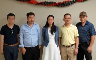 为庆祝符江秀女士初选成功,部分华裔人士特意在中国大厦举办了一次庆功会。图为参加庆祝会的部分人士合影。符江秀女士(中),牛志文教授(左二)。(时雨/大纪元)