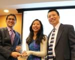 Y2 Academy学生Amy Lo(中)获得2015年12月SAT杰出进步奖,经过培训,Amy提高720分。右为罗泽龙校长。左为杜克大学医学中心头颈外科与交流学主任。(图片来源:Y2 Academy )