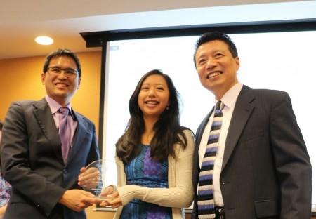 Y2 Academy學生Amy Lo(中)獲得2015年12月SAT傑出進步獎,經過培訓,Amy提高720分。右為羅澤龍校長。左爲杜克大學醫學中心頭頸外科與交流學主任。(圖片來源:Y2 Academy )