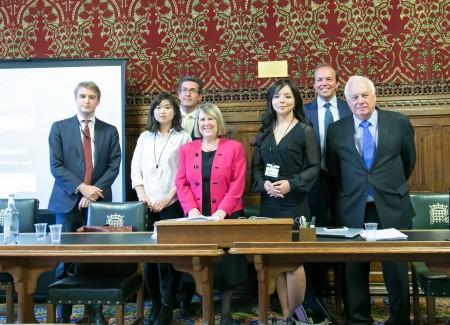 6月28日,英國保守黨人權委員會,在英國國會大廈內舉行中國人權報告的發布會。從右至左,前香港總督彭定康男爵、大衛•伯羅斯議員(David Burrowes MP)、加拿大世界小姐林耶凡、英國保守黨人權委員會主席菲奧娜•布魯斯議員(Fiona Bruce MP)、副主席本尼迪克特•羅傑斯議員(Benedict Rogers MP)、香港書商桂民海的女兒安吉拉•桂(Angela Gui)、保守黨人權委員會工作人員。(羅元/大紀元)