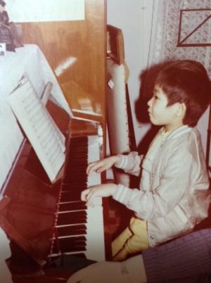 曾智斌出生于一个音乐家庭,四岁开始跟随著名音乐教育家叶惠康的太太学钢琴,有钢琴神童之称。(受访者提供)