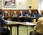 7月4日下午在英國國會大廈內,丹尼爾.賽克納議員(Daniel Zeichner MP)主持以中共強摘法輪功學員器官為主題的研討會。(羅元/大紀元)