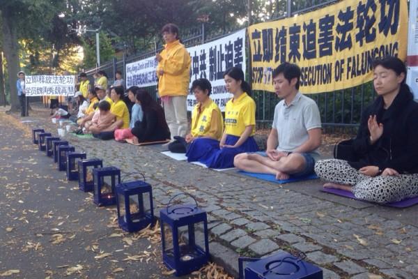 反迫害17週年 丹麥法輪功學員7.20燭光夜悼