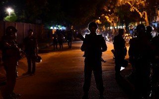 伊斯蘭激進分子當地時間週五晚對孟加拉首都達卡使舘區1家西式風格餐廳發動襲擊,劫持數十人,並砍殺包括外國人在内的20人。(AFP PHOTO / STR)