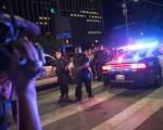 美国德州达拉斯7月7日晚发生枪手向11名以上警察开枪事件,造成至少5警察丧生。(Laura Buckman /AFP )