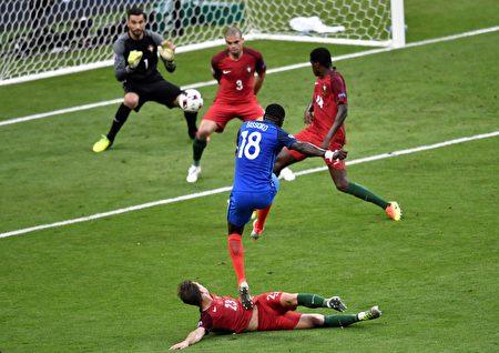 法国中场穆萨·西索科(18号球衣者)与葡萄牙的中场球员阿德里安·席尔瓦(下)在比赛中争球。(PHILIPPE LOPEZ/AFP)