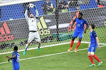 法国门将洛里斯(左2)跳跃起来接住葡萄牙队的射门( PHILIPPE LOPEZ/AFP)