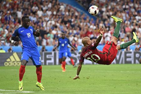 葡萄牙的前锋夸雷斯马(右)和法国队后卫萨尼亚在比赛中(FRANCISCO LEONG/AFP)